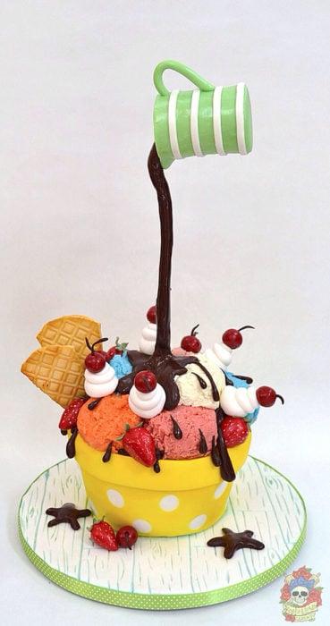 Pastel de un plato con nieve y fresas y una taza chorreándole chocolate encima