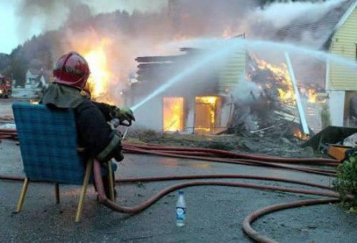 Bombero apagando un incendio sentado en una silla