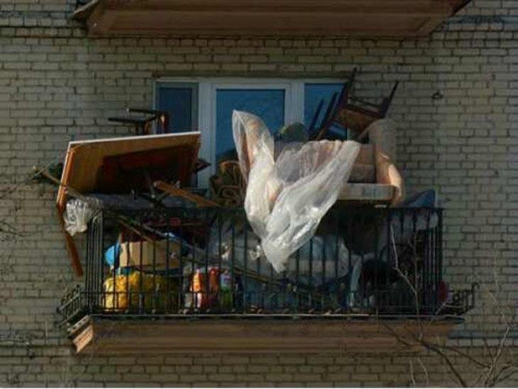 un balcón lleno de basura