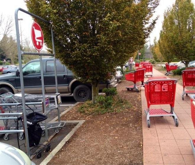 Todos los carritos del supermercado regados al lado del lugar en el que van los carritos