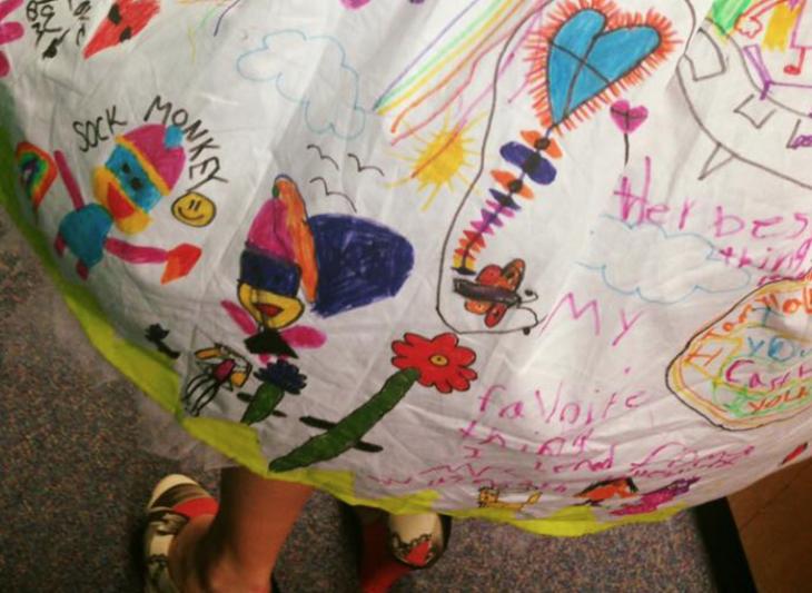 falda de vestido decorada por niños
