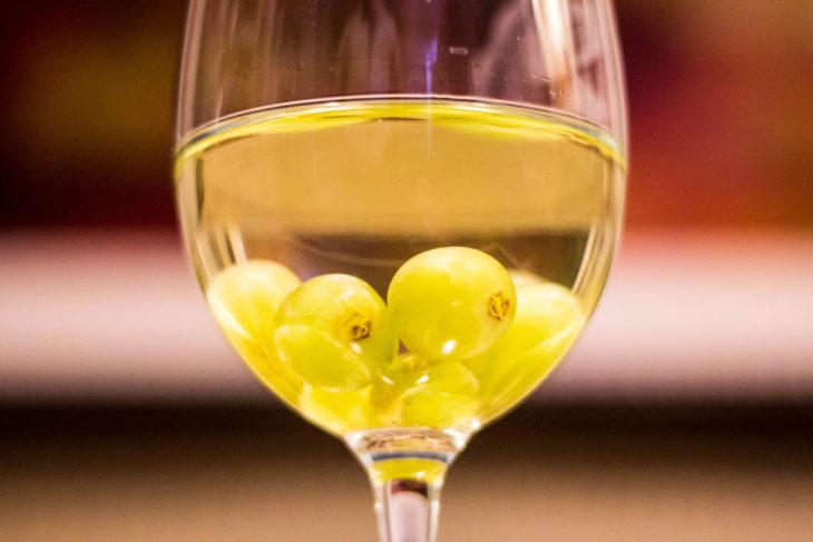 copa de vino con uvas