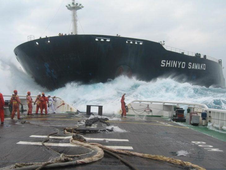 barco choca contra puerto
