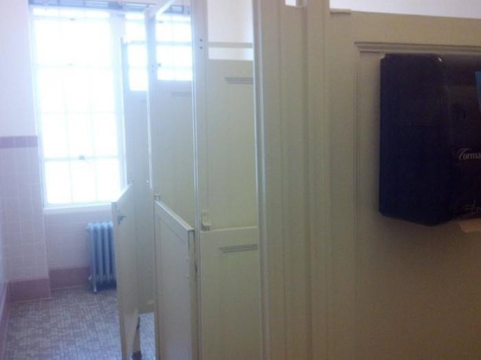 puertas de baños se ve todo