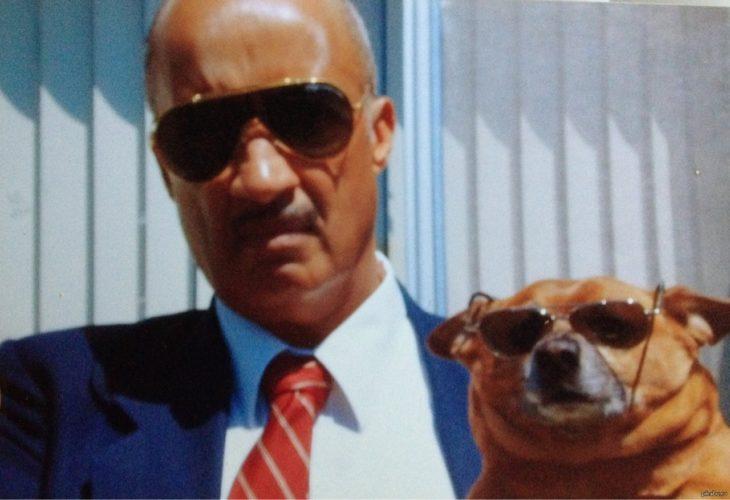 hombre y perro con lentes