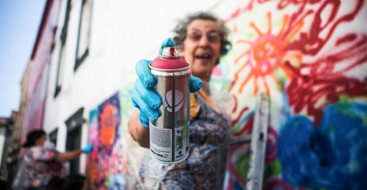 viejita con aerosol