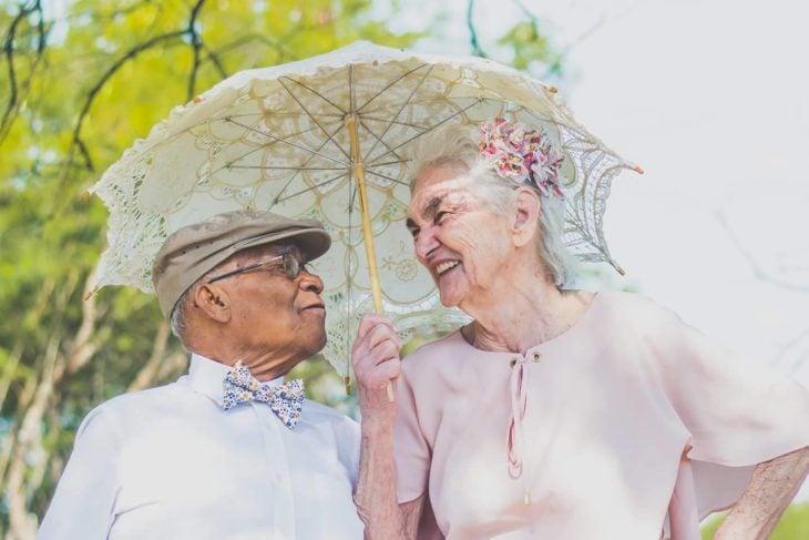 anciana sonriendo a anciano