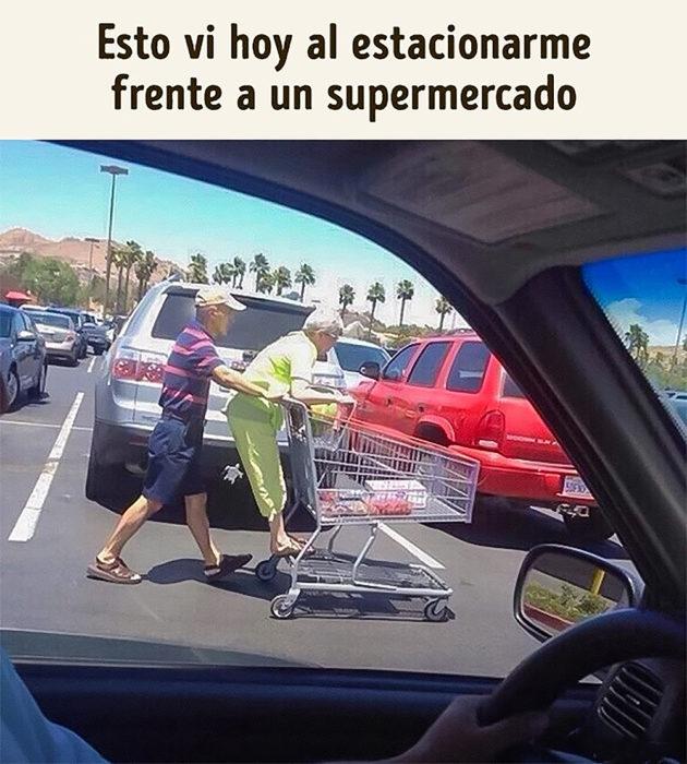 abuelita en un carrito de súpermercado
