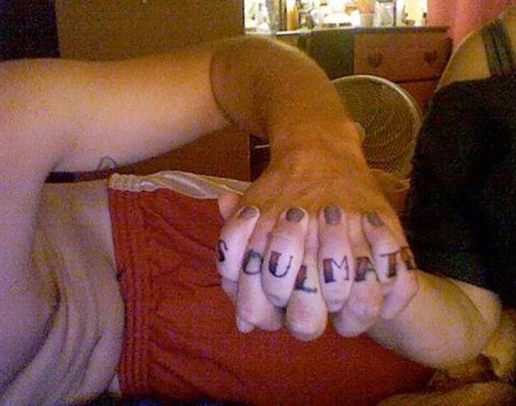 tatuaje de pareja en las manos