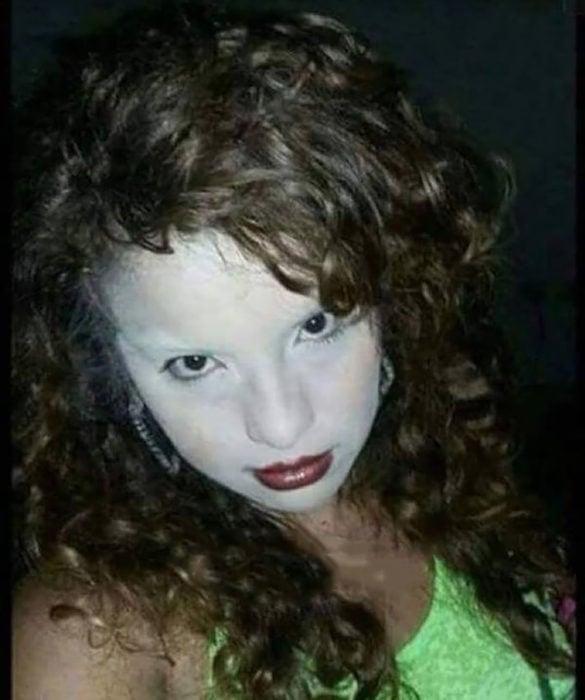 mujer maquillada con la cara blanca