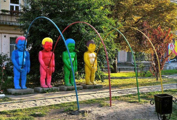 juego inapropiado para niños, estructuras niños orinando