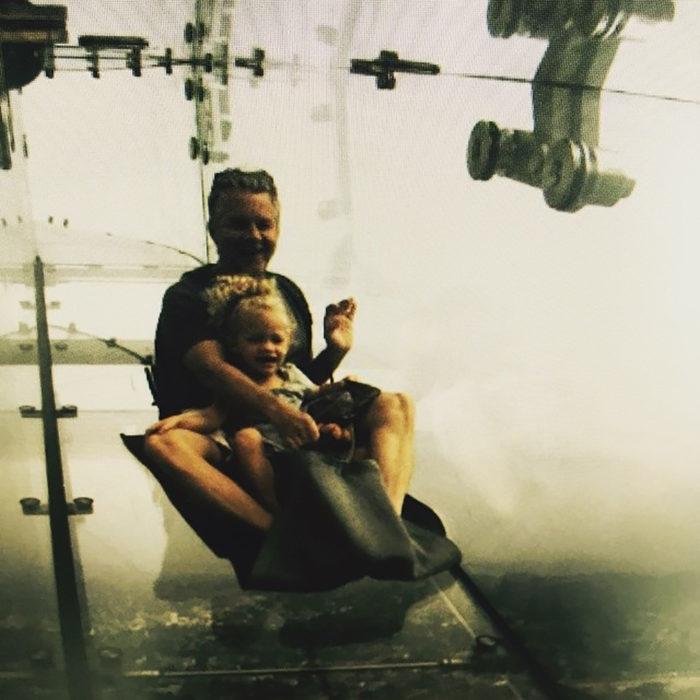 señor con su hija en tobogan de cristal
