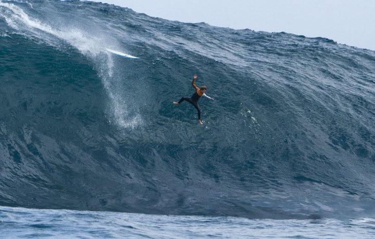 hombre en medio de una ola