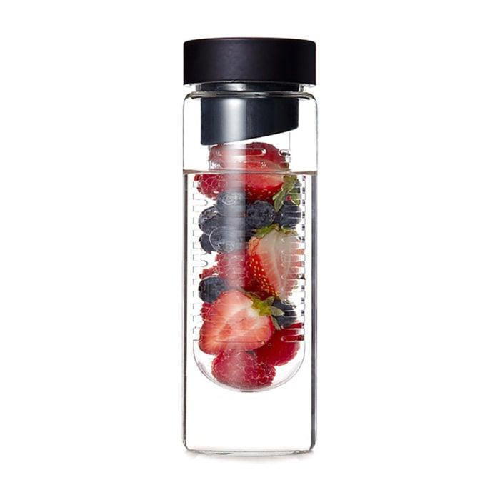 botella con frutas en el centro
