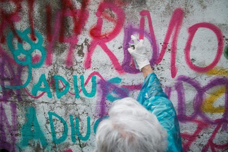 pared gratiteada por una anciana