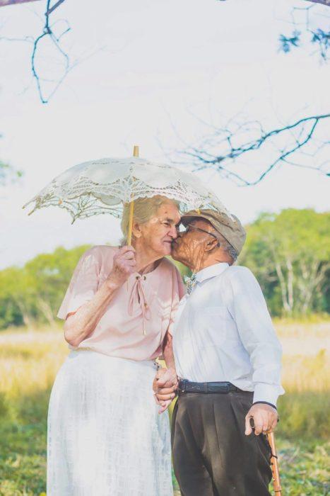 ancianos besándose