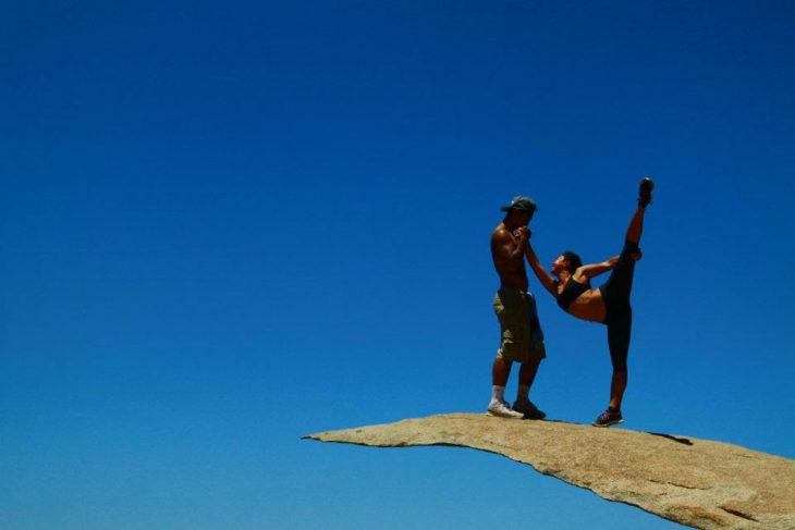 personas estirando en una roca
