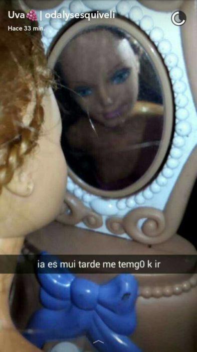 Barbie viendose al espejo