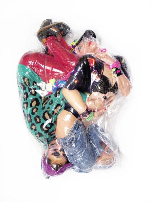 pareja vestida de forma colorida en plástico