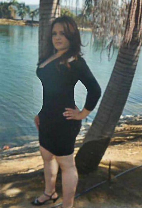mujer vestido negro