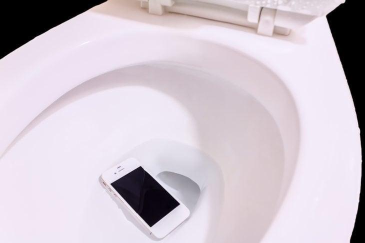 celular en el inodoro