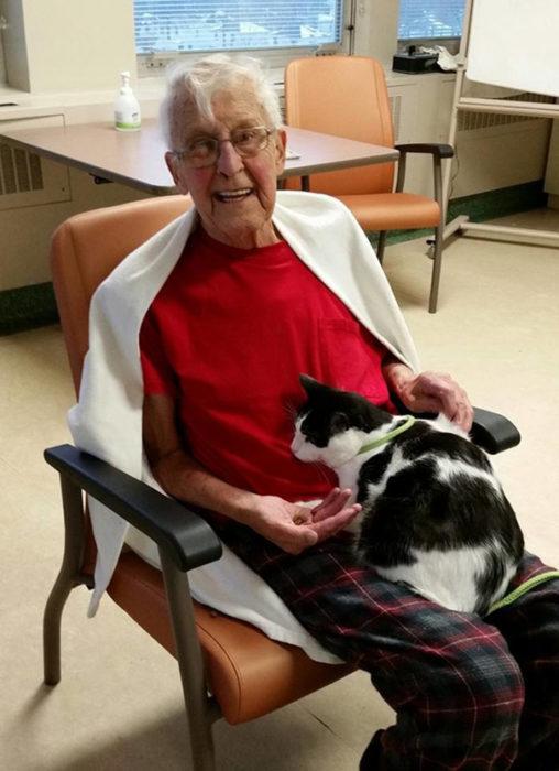señor en hospital con gato