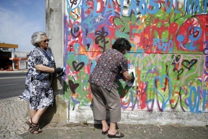 viejitas rayando la pared