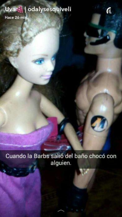 Barbie y ken pasan al lado y chocan