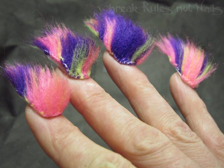 uñas con pelos de colores