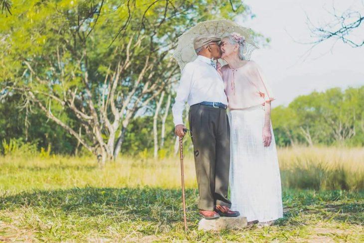 dos viejitos besándose