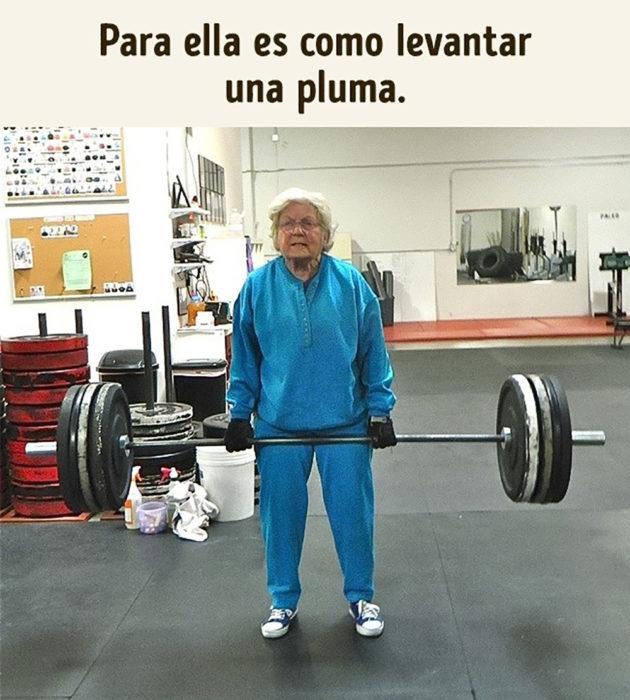 anciana levantando pesas