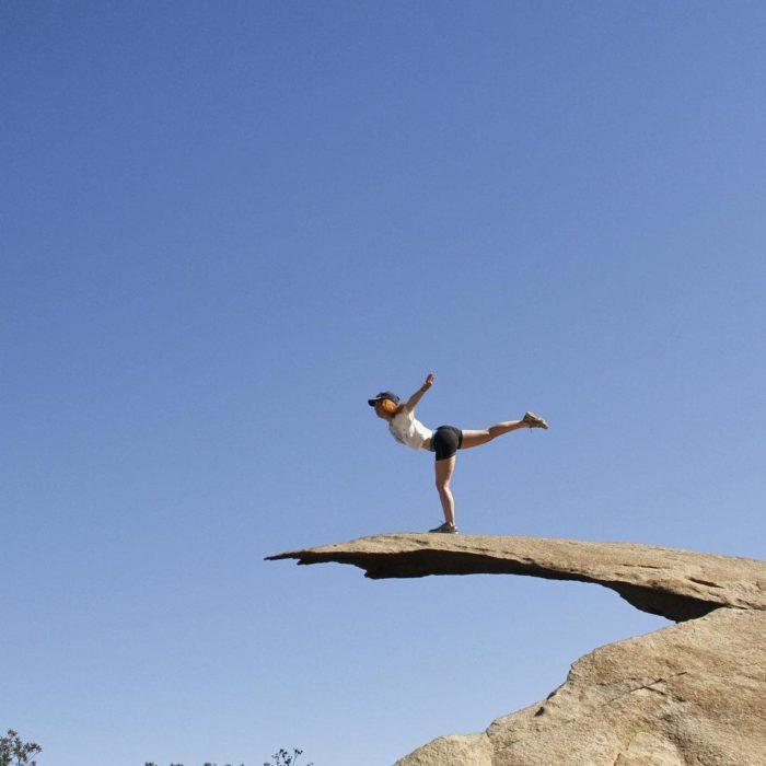 mujer en una roca