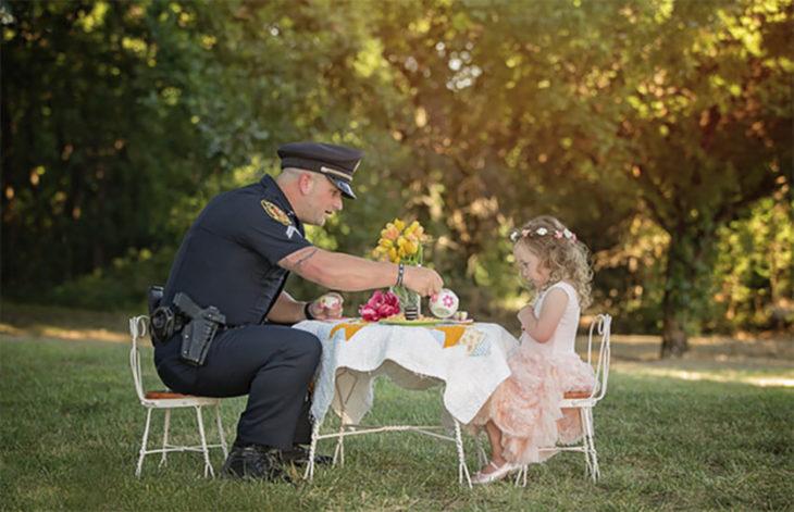 niña tomando el té con un policía