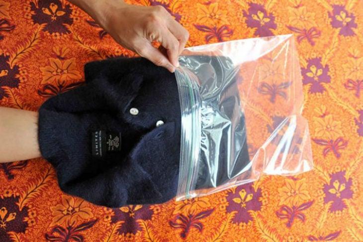 suéter dentro de una bolsa de plástico