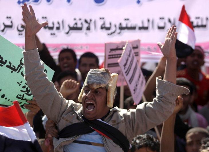 manifestante con panes en la cabeza