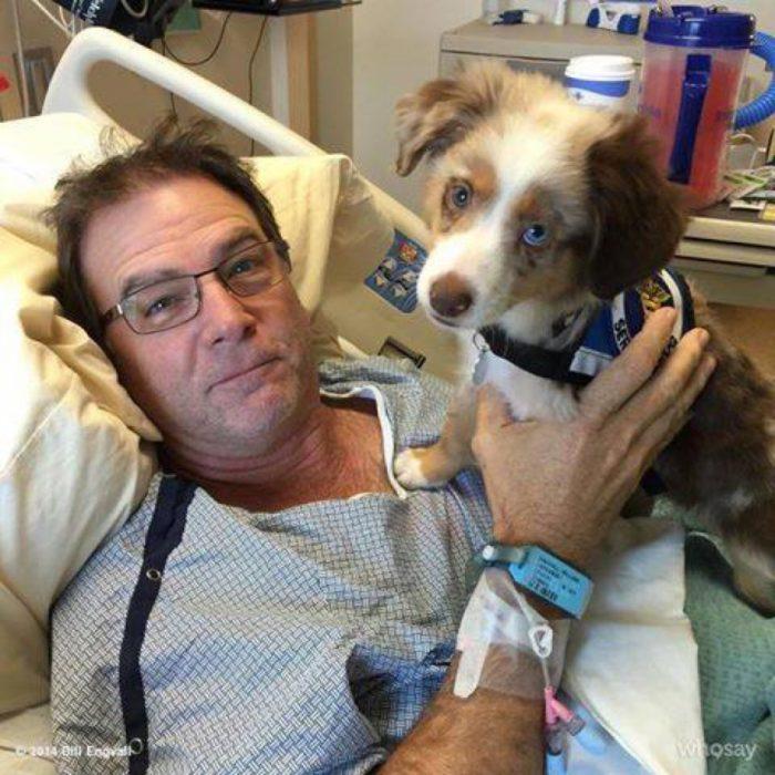señor en hospital con su perro
