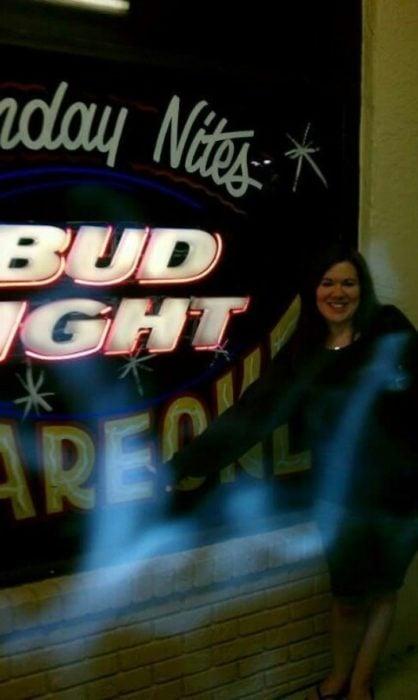 foto en bar con niebla