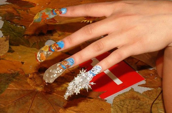 decoración de uñas sobrecargada