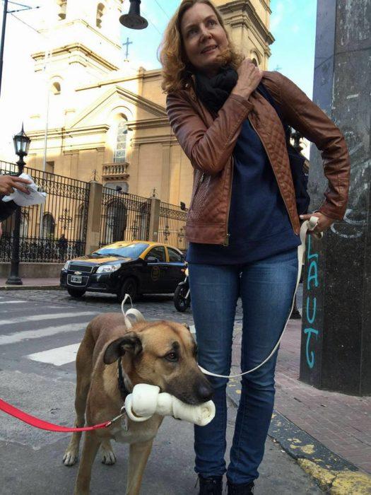 mujer paseando un perro