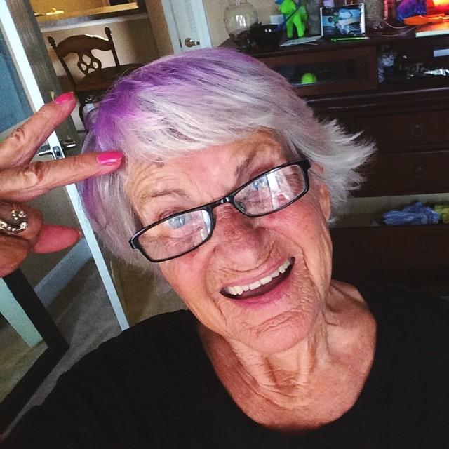 viejtia con el pelo pintado morado