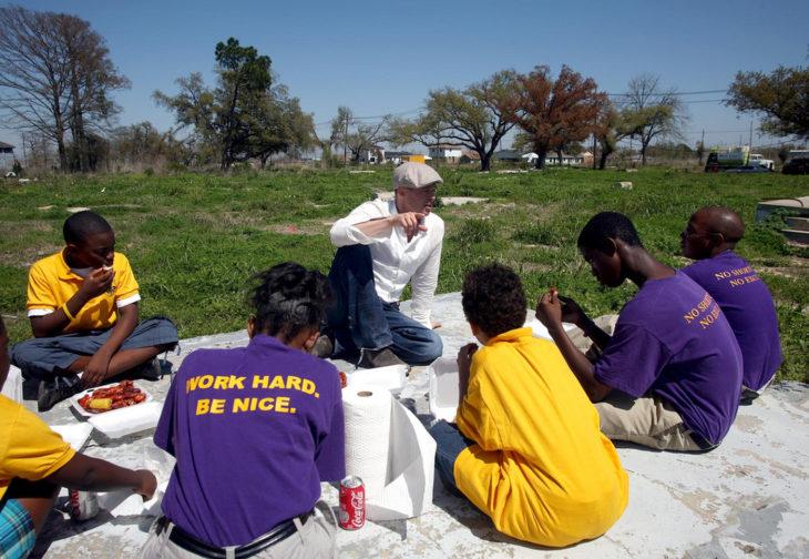 brad pitt con voluntarios