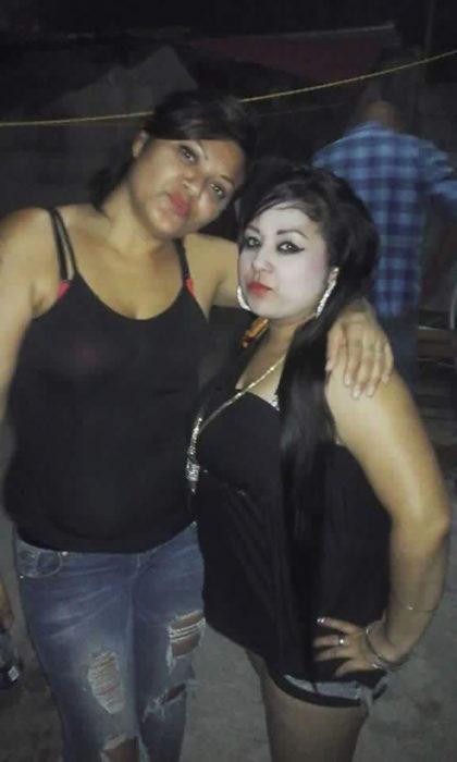 dos mujeres, una tiene la cara maquillada muy pálida