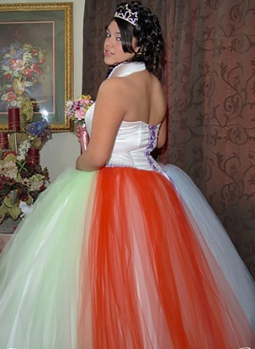 quinceañera con vestido horrible