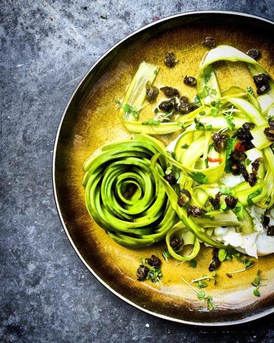 tazón con verduras y aguacate