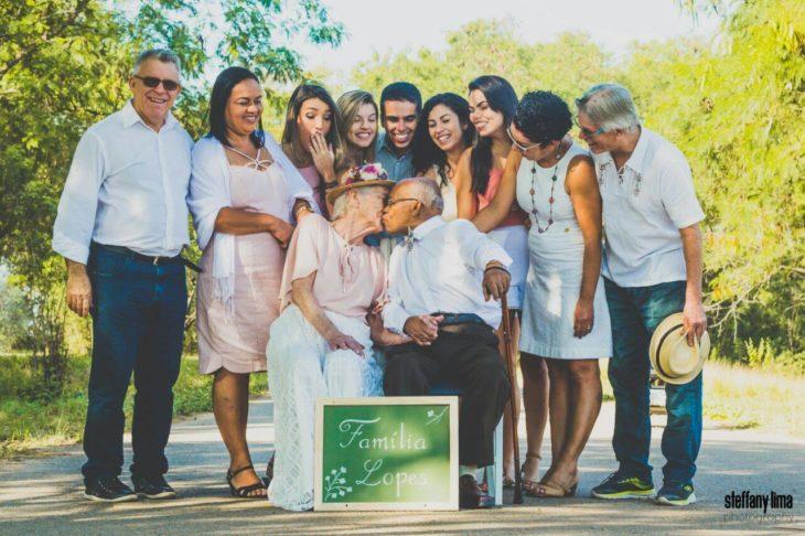 familia ancianos besándose