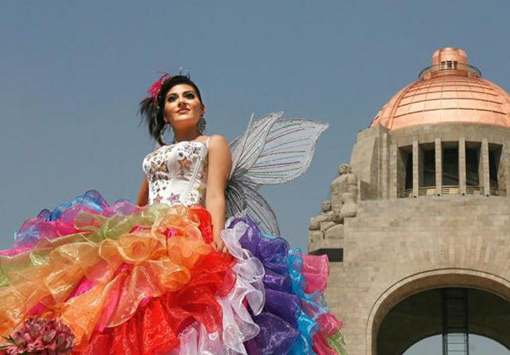vestido de olanes de colores y alas