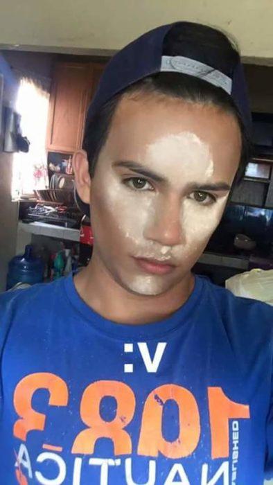 Chico tutorial maquillaje con polvo en la cara