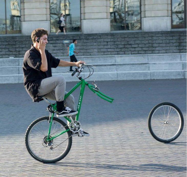 muchacho en bici se le zafó la llanta