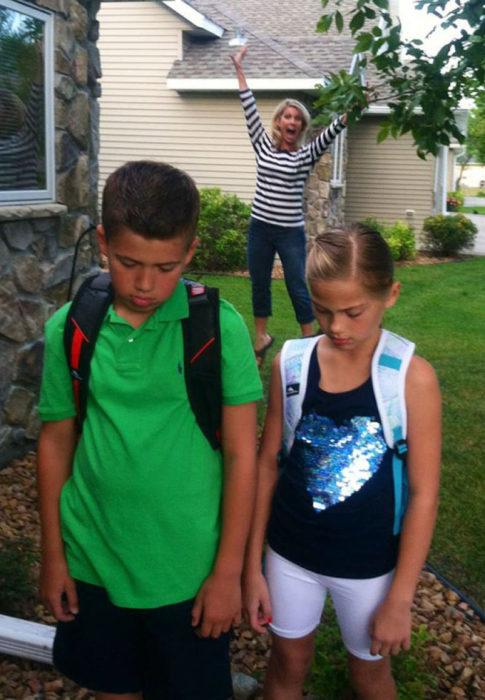 niños tristes con mochilas