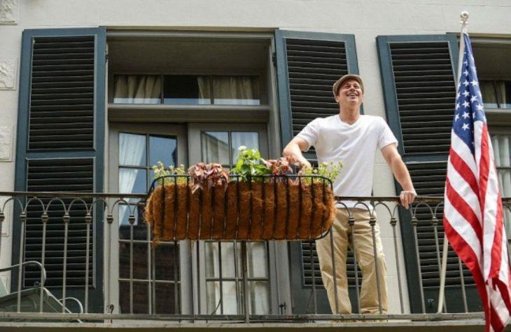 brad pitt en un balcón